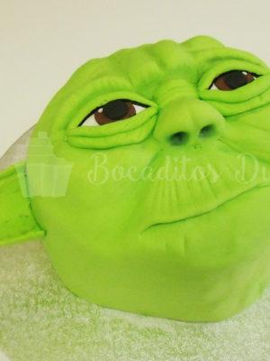 Tarta forrada en fondant verde, con detales en fondant como orejas ojos naraiz y boca.