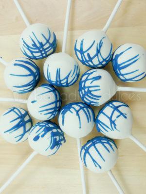 cake pop moderno con cobertura blanca y rayas de chocolate azul