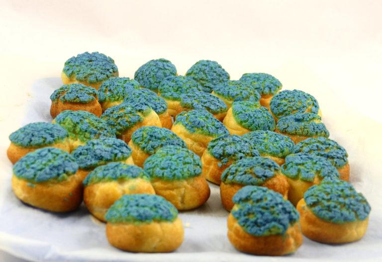 pequeños pastelitos con cobertura de colores y relleno de cremas