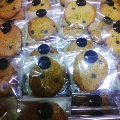 cookies envueltas individualmente con pegatina corporativa