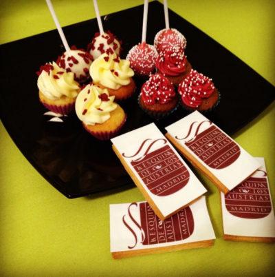 galletas personalizadas con papel de azúcar, cake pops y minicupcakes con colores corporativos