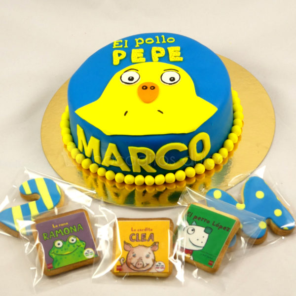 Tarta cubierta de fondant azul, con bolitas amarillas en color amarillo, el nombre de Marco en color amarillo, y el logo y la silueta del Pollo Pepe en amarillo, galletas de mantequilla con los animles que le acampañan en sus aventuras en papel de azúcar.