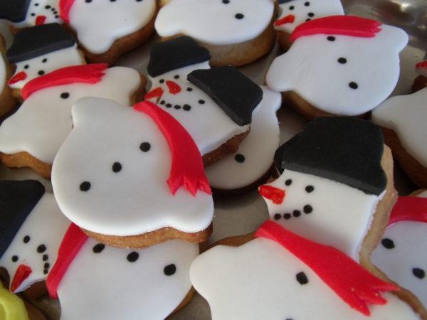 galletas de vainilla decoradas como muñecos de nieve con fondant