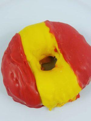 deliciosos donuts decorados con chocolate de colores dibujando la bandera de España.