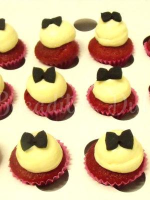 minicupcakes de red velvet decorados con una pajarita negra