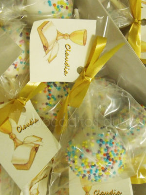 cake pop decorado con bolitas de azúcar embolsado y con etiqueta