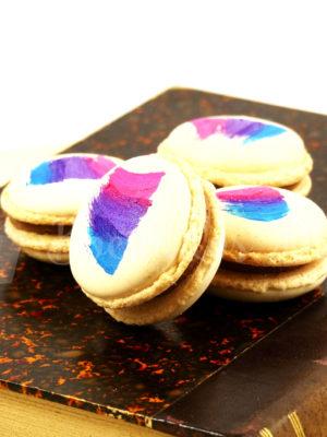 macaron color crema con relleno de dulce de leche y decorado con pintura comestible