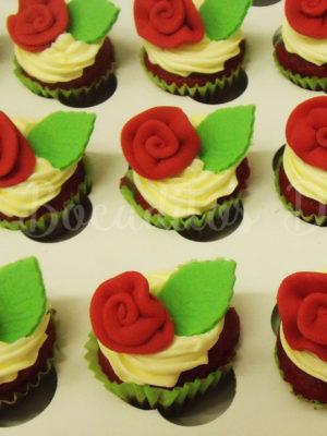 minicupcakes red velvet decorados con una rosa roja