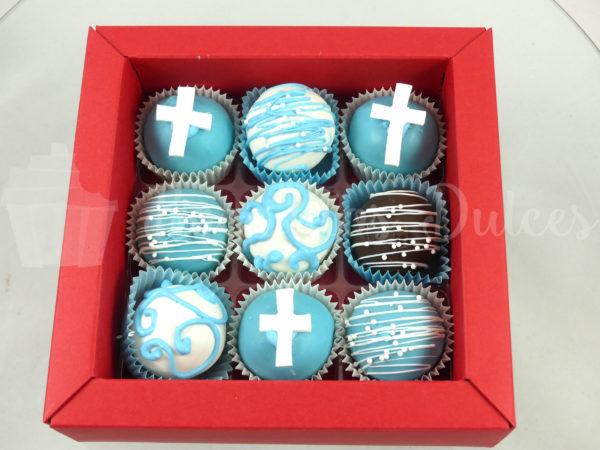 cajita con cake balls en blancos y azules