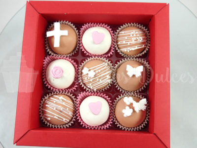 cajita con cake balls en blancos y rosas