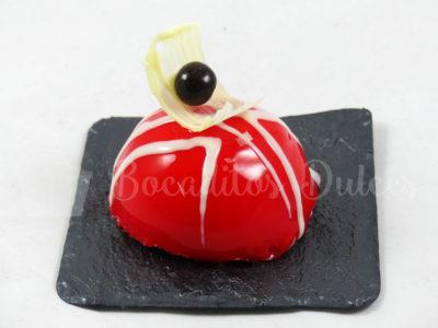 semiesfera de mousse cubierto con glaseado espejo rojo y blanco