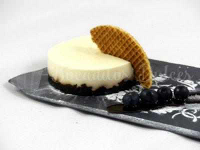 presentación de pastel de queso con base de galleta