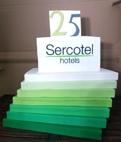 tarta para el 25 aniversario de sercotel con prismas en degradado verde