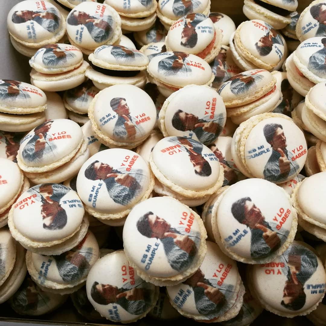 macarons personalizados con impresión de azúcar y frase de cumple