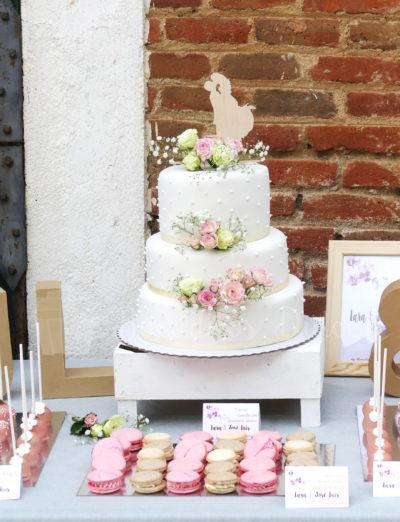 tarta de boda clásica blanca con flores