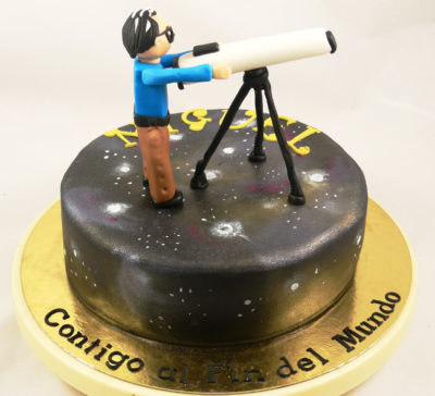 tarta del espacio con figura de persona con telescopio