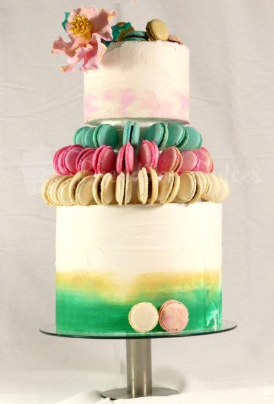 tarta de boda de pisos combinando tarta y macarons