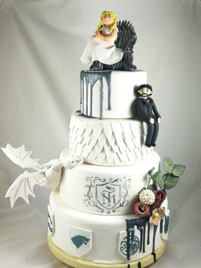 tarta de boda de pisos blanca con temática juego de tronos