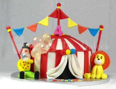 tarta carpa de circo con personajes y pompas de azúcar