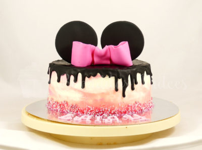 tarta dripcake con colores y orejas de Minnie Mousse