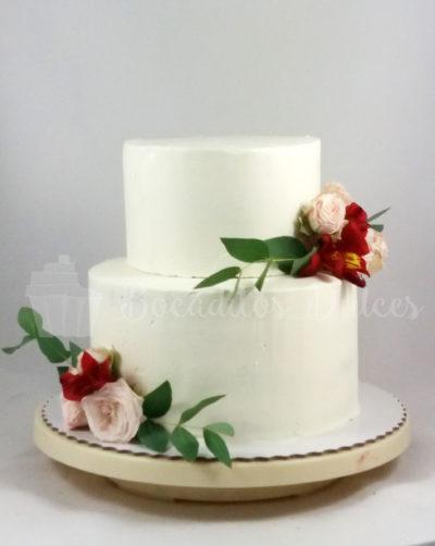 tarta sencilla de boda sin fondant con flores burdeos