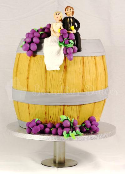 tarta con forma de barril de vino y figuras