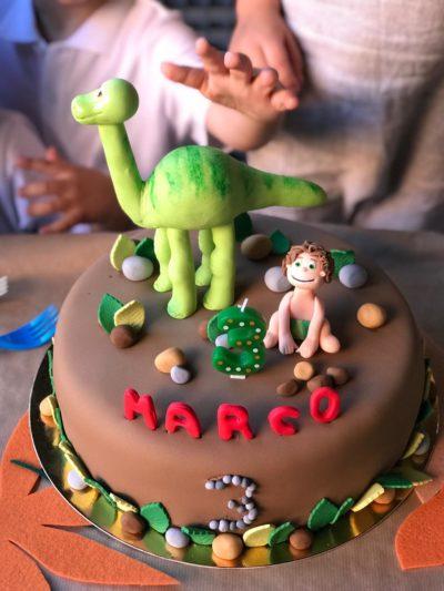 tarta infantil de la película Arlo con dinosaurio y figura de niño