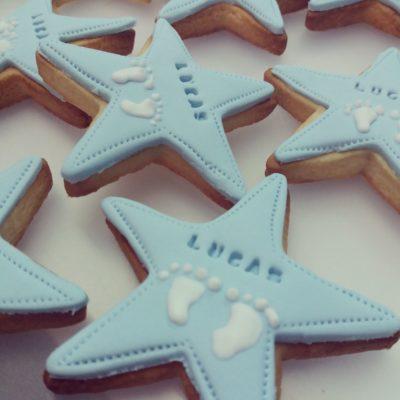 galletas estrella decoradas con huella de bebé