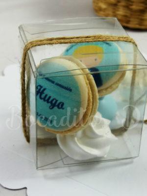 cajita con macarons personalizados de comunión y merenguitos