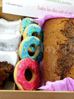 caja con varios dulces para regalar a domicilio