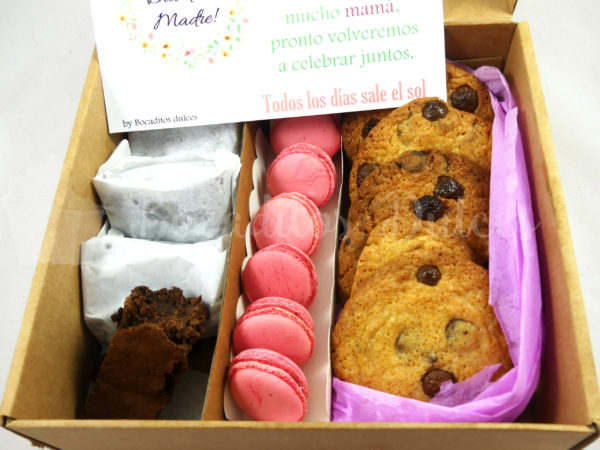 caja con varios dulces de merienda para regalar a domicilio
