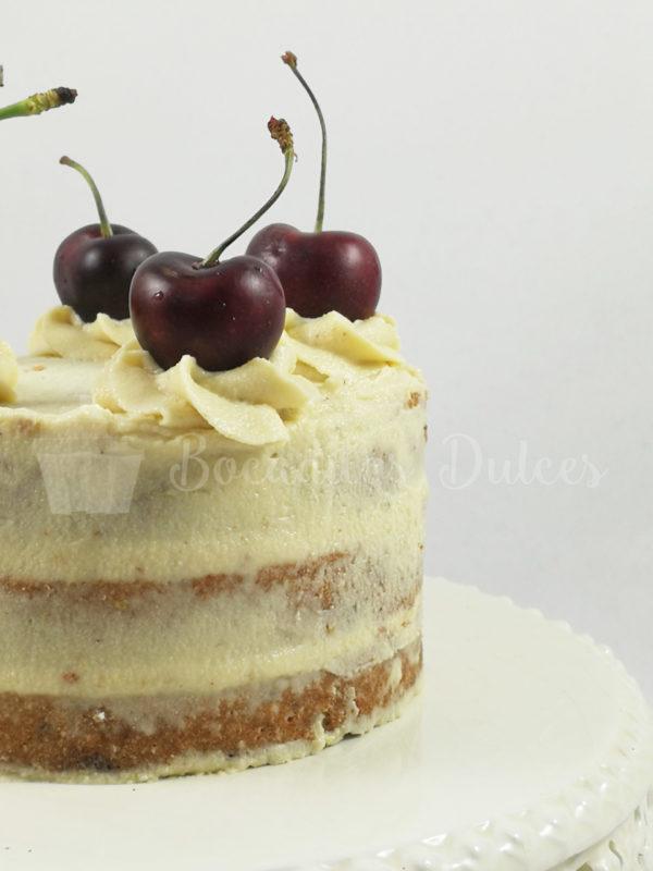 tarta saludable de leche merengada desnuda con frutos rojos