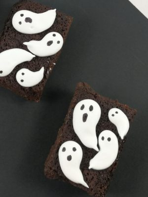 piezas de brownie decorado con fantasmas de merengue