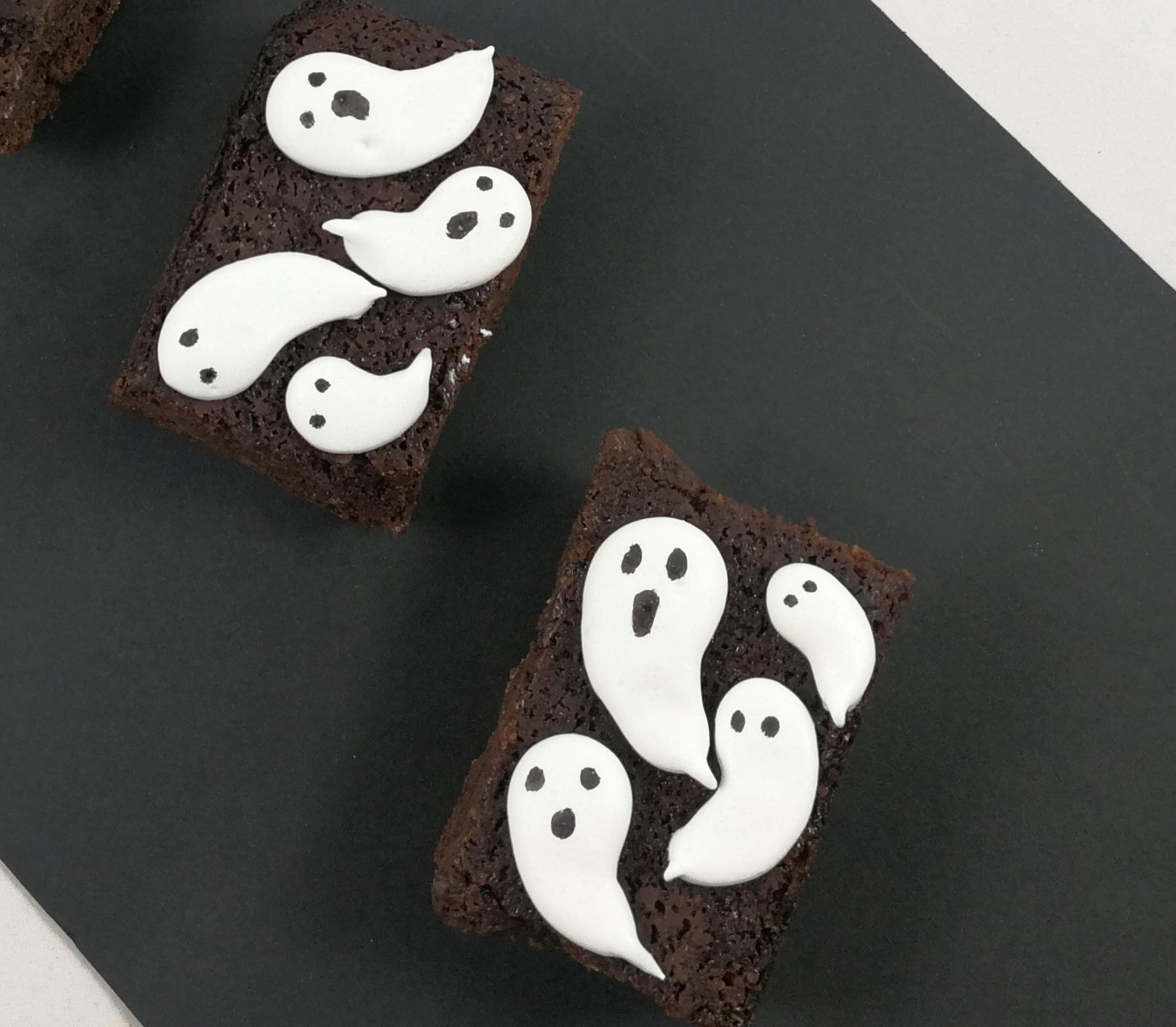 piezas de brownie decorado con fantasmas de merengue