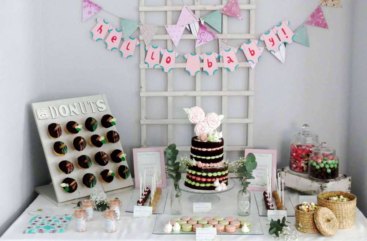mesa dulce de bautizo en chocolate, rosa y verde