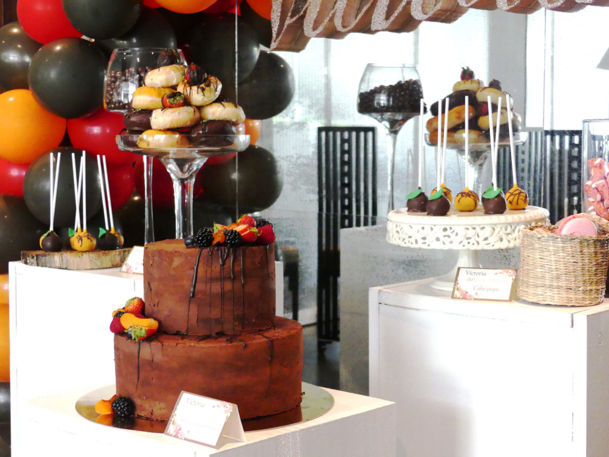 mesa dulce chocolate, naranja y rojo