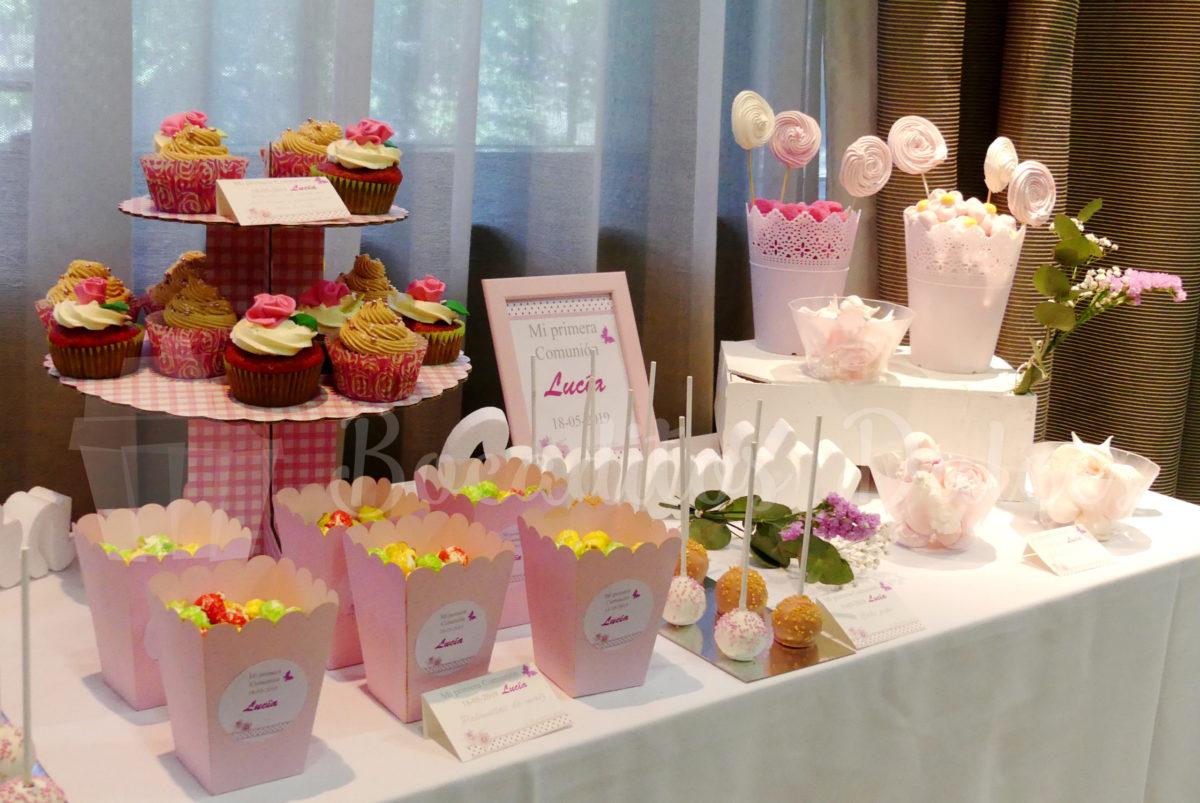 mesa dulce de comunión desechable en blancos y rosas