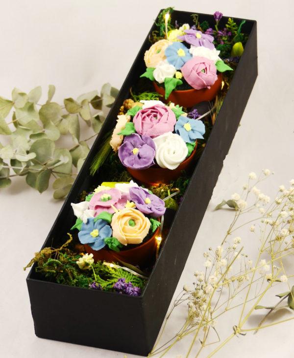 caja con flores preservadas y 3 cupcakes con flores y maceta de chocolate