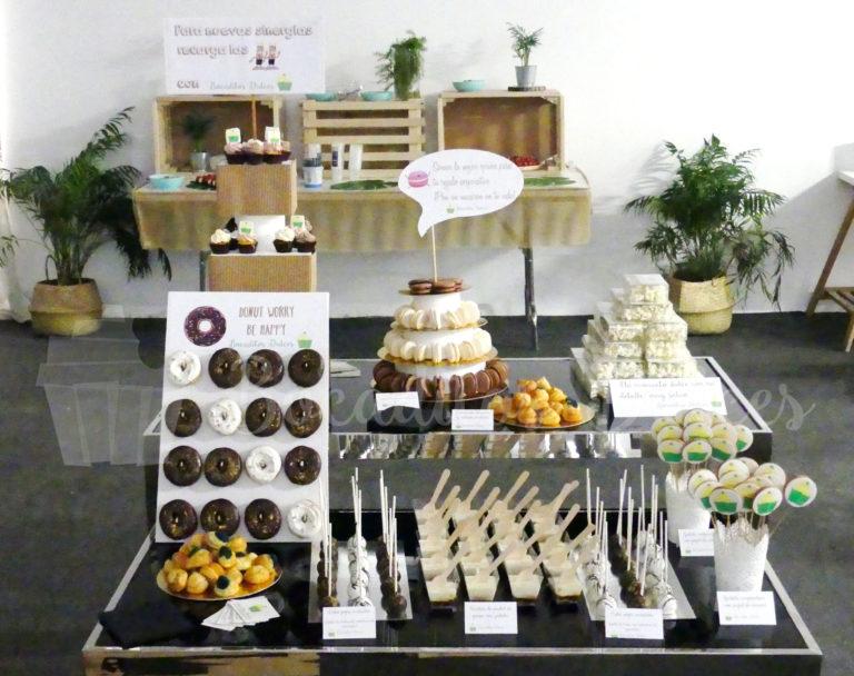 mesa de dulces variados personalizados con mensajes de empresa