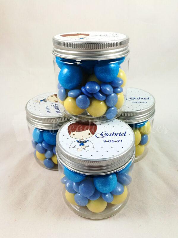 bote transparente con chocolates variados en tonos azules y pegatina personalizada en la tapa